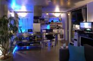 スマートスピーカーで動く家電が並ぶマンションの一室