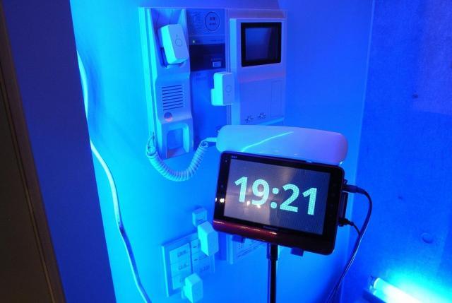 受話器はインターホンから取り外されており、代わりにマイクロボットプッシュがボタンを押せるようになっている