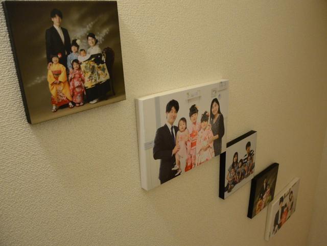 池田家の階段に飾られた家族写真。だんだんにぎやかに
