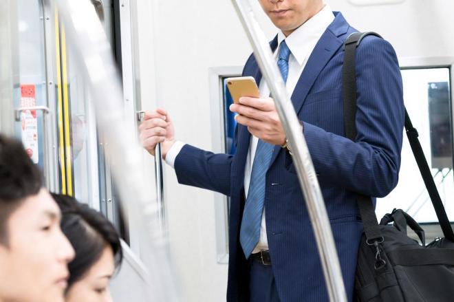 通勤中など隙間時間でスマホを使い副業をこなす人も(写真はイメージ)