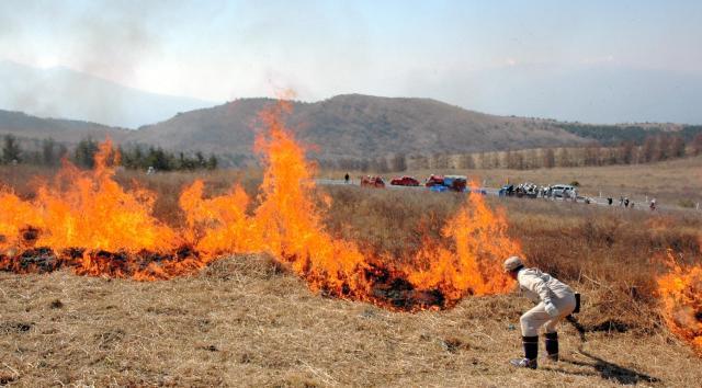 野焼きの光景。適度な風にあおられて草原を焼く炎が広がった=2009年4月29日、長野県諏訪市の霧ケ峰高原