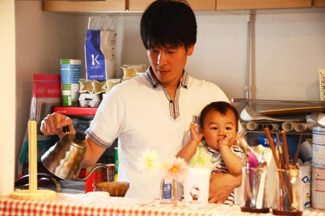 第4子の江志ちゃんを抱きながら、器用に家事をこなす池田浩久さん
