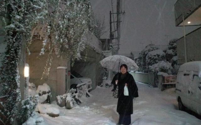 雪の日、着物姿で帰宅する田中達彦さん