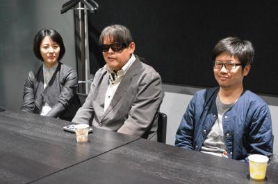 インタビューに応じる(左から)プロデューサーの田中みゆきさん、映画制作に挑戦した加藤秀幸さん、サポートした映画監督の佐々木誠さん=東京都渋谷区