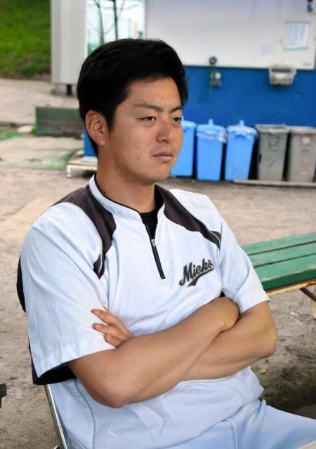 練習を見つめる小島監督