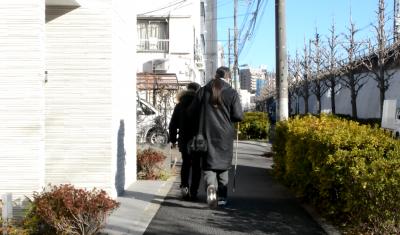 佐々木誠さん(左)の肩を借りながら移動する加藤秀幸さん