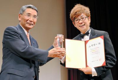 しおがま文化大使に就任した山寺宏一さん(右)=2013年6月1日、宮城県塩釜市
