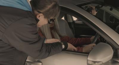 俳優の身体に触れながら演技指導をする加藤秀幸さん(左)