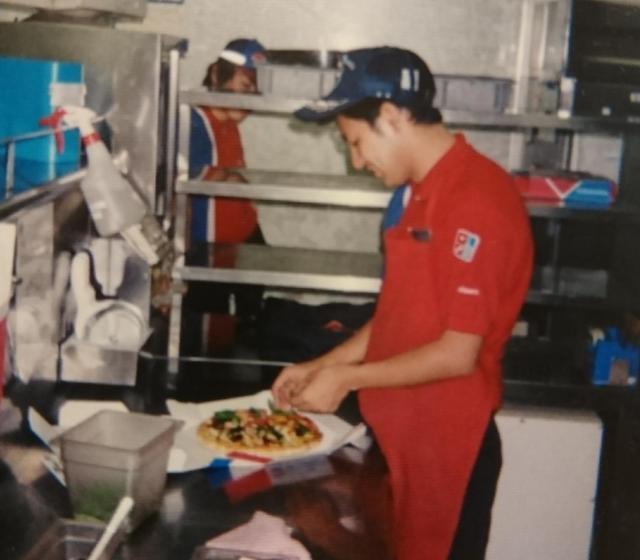 ピザ店長時代の笹野さん=本人提供