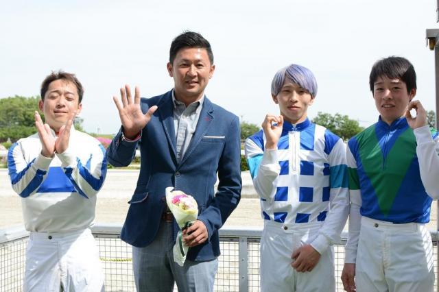 500勝のセレモニー後に、厩舎所属の騎手3人と「v500」のポーズ=4月26日、岐阜県の笠松競馬場