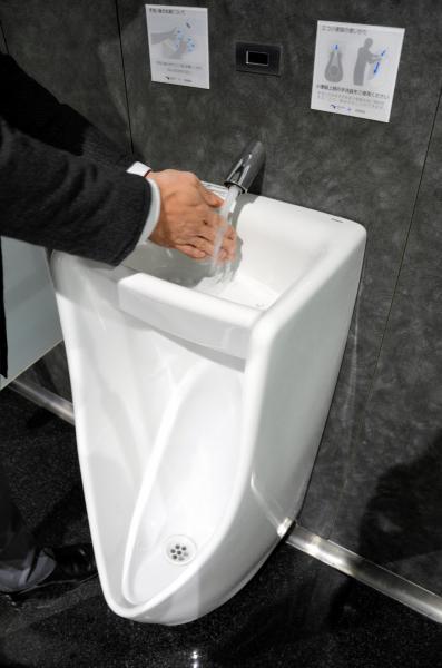 手洗い器つき小便器=大津市