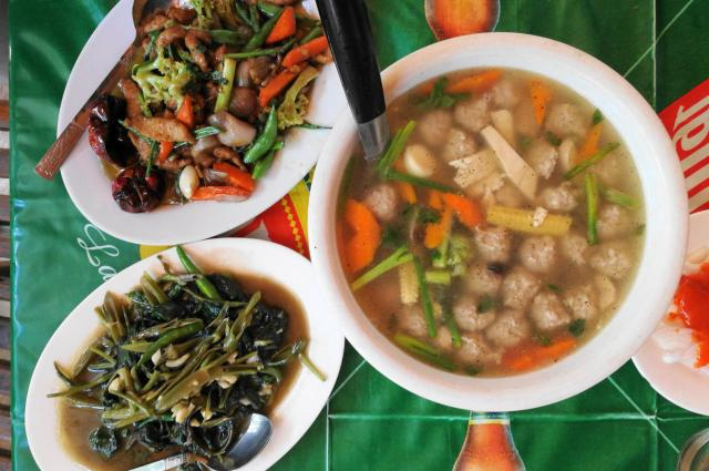 ミャンマーのヤンゴンの地元レストランにて