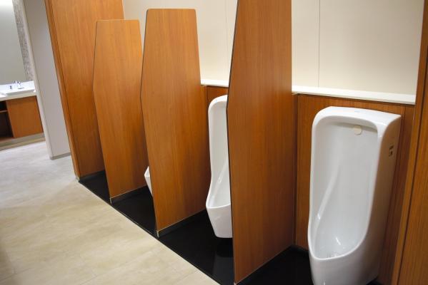 背の高い仕切りがついたトイレ=東京都港区