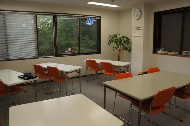 鈴木さんが施設長を務める就労支援の場「オフィスパートナー湊町ブランチ」。白い色が基調で明るい雰囲気