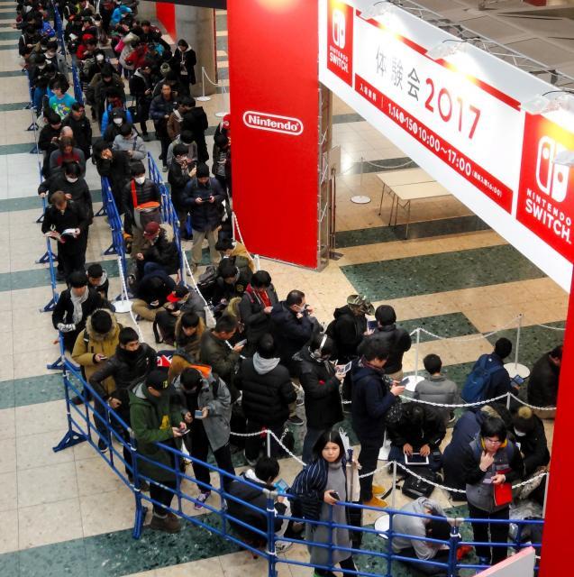 任天堂の新型ゲーム機「ニンテンドースイッチ」が体験できる会場前には長い行列ができた=2017年1月14日、東京都江東区の東京ビッグサイト