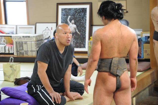 弟子たちを指導する式守親方。現役時は北桜として、気合十分の相撲で土俵をわかせた