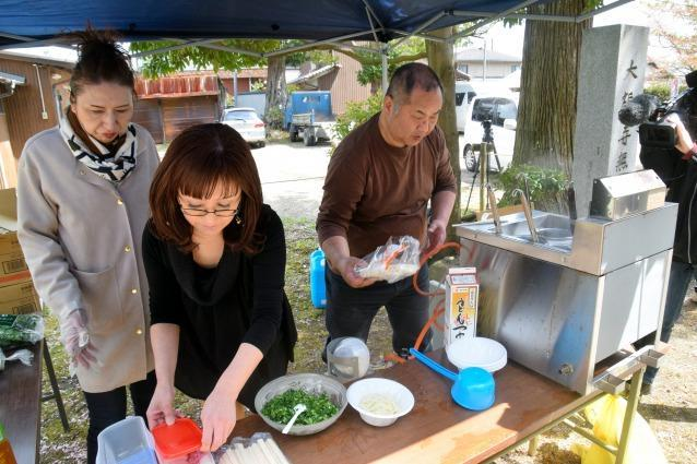 掘り起こし会場ではうどんの振る舞いもあって住民らが交流した=4月8日、三重県伊賀市上野愛宕町