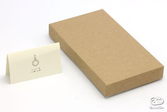 こわっかの化粧箱(右)と、同梱されている「しおり」(左)