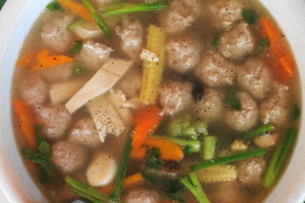 ミャンマーのチキン肉団子煮込みスープ