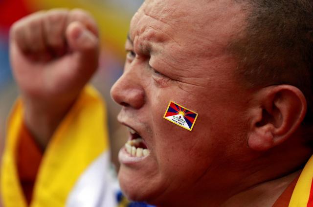 ニューデリーで中国のチベット支配に抗議の声を上げる僧侶=2018年3月14日