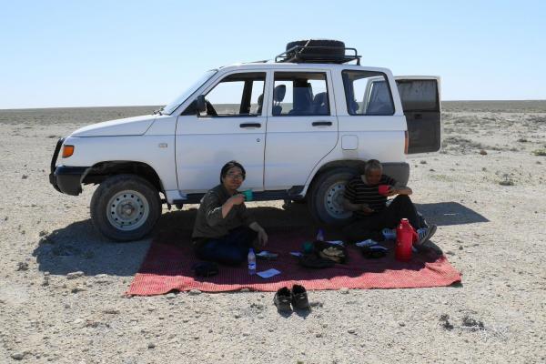 SUVの横に絨毯を敷き、その上で食べました