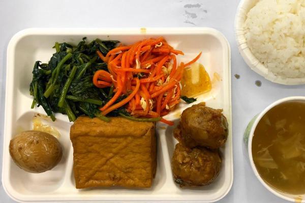 台湾ランチ、肉団子や煮卵など