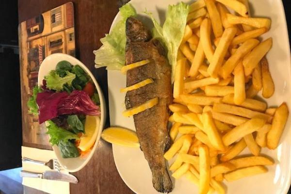 イギリス、白身魚のフライと山盛りフライドポテト