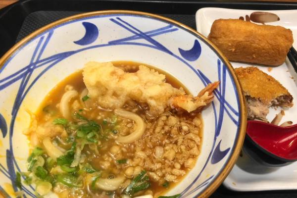 インドネシアには丸亀製麺もある。温玉うどんに エビの天ぷら、カツ、おいなりさんの3トッピング