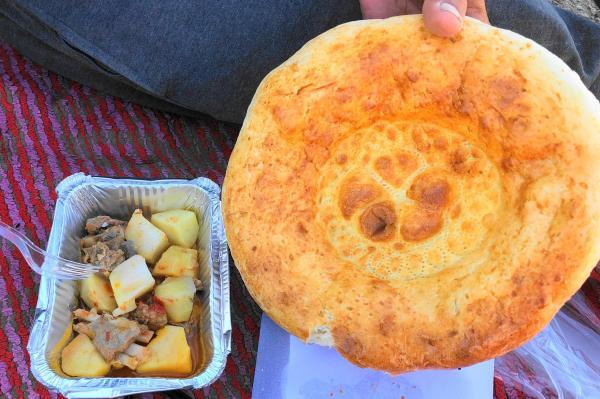 ウズベキスタンのクルダックというジャガイモと牛肉の炒め物と、リピョーシカというパン