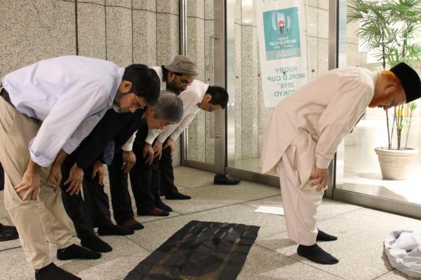 メッカの方向に礼拝する新月観測会のメンバーたち