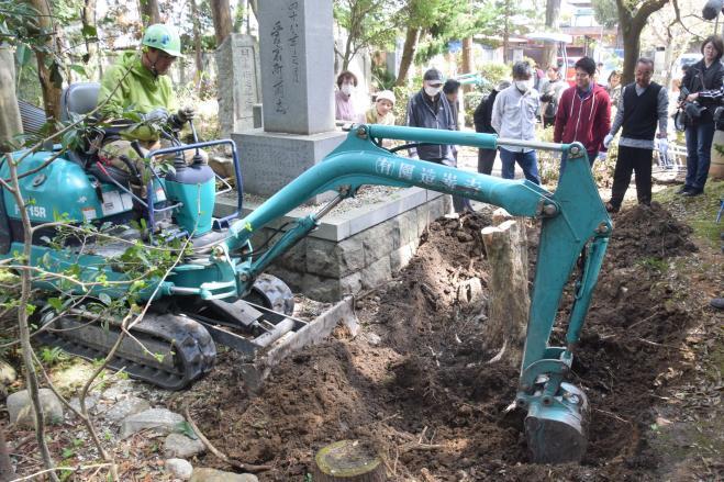 2度目のタイムカプセル探しは重機を使っての大発掘=4月8日、三重県伊賀市上野愛宕町