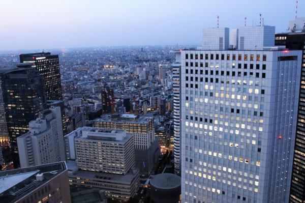 日没が迫った新宿の町並み