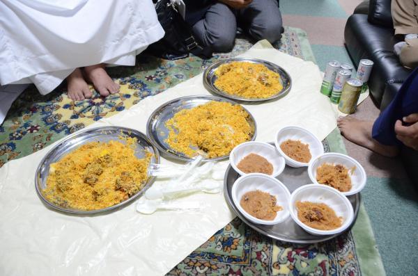 会議や礼拝のときは持ち寄った「ビリヤニ」などを食べて親睦を深める