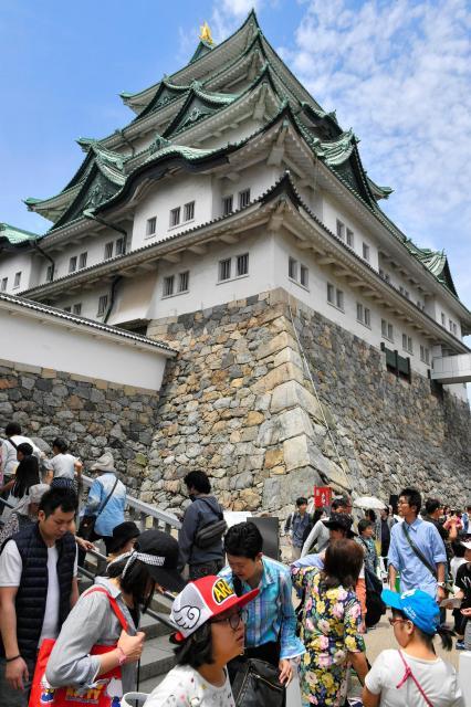 大勢の人でにぎわう名古屋城