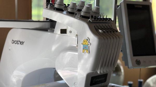 ふなっしーのシールが貼られたミシン。現在稼働している唯一の刺繍ミシンで、新たにふなっしーから届くミシンを含めて2台になる
