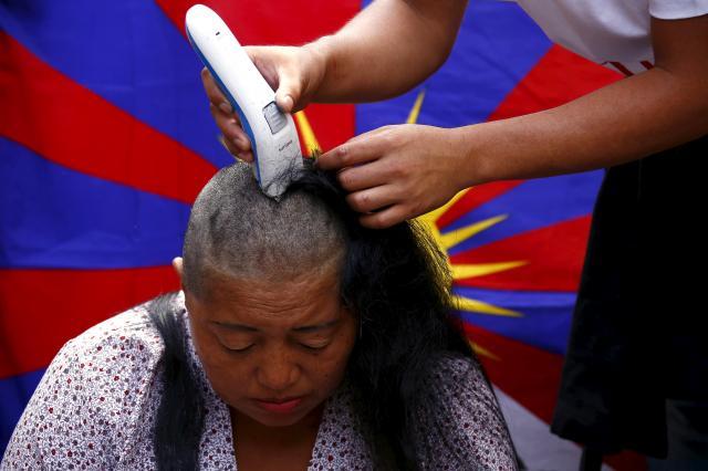 オーストラリアのシドニーで、中国政府の支配に対するチベット人の蜂起を記念し、髪の毛をそる女性=2016年3月10日