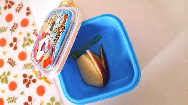 ウサギの形に切ったリンゴが残っていたお弁当。「皮が嫌だったの?」と尋ねたら「可哀想で食べられなかった」と返事が