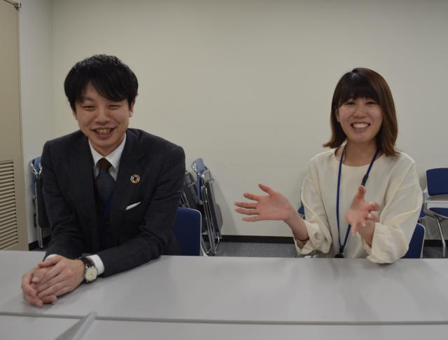 消費者庁の梅田政徳さん(左)と山本梨加さん