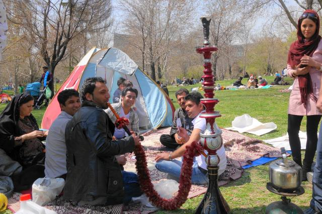 イランの首都テヘランにある公園にて。ピクニックに水タバコを持ってくる人もいます