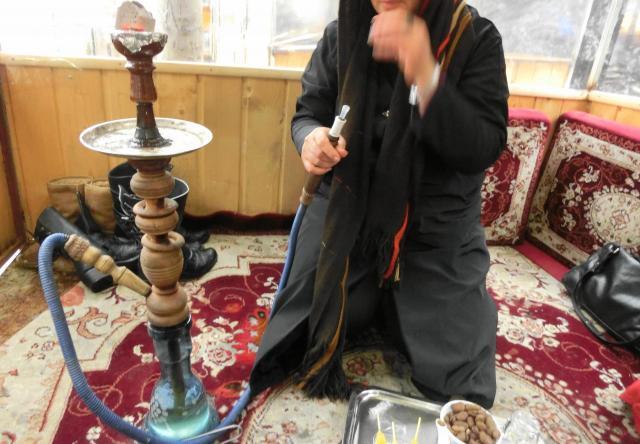 イランの水タバコ屋さんにて。女性も吸いますが、これをよく思わない人もいます