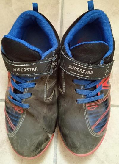 プレゼントをくれた息子の靴。お気に入りで履きつぶしました