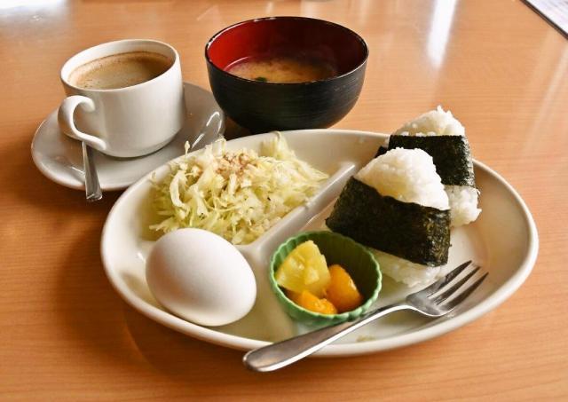 もはや定食です。フルーツとサラダもつきます=愛知県一宮市奥町