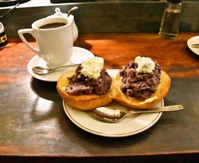 トーストかカイザーパンか選べます。写真は小倉カイザー=名古屋市中村区の「KAKO BUCYO COFFEE」
