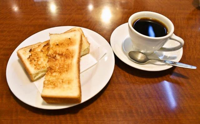 コーヒーにサービスでトーストがつきました=名古屋市中区