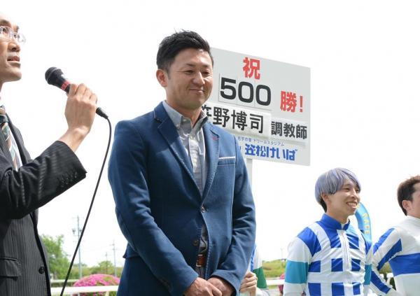 500勝のセレモニーに臨む笹野博司調教師=笠松競馬場