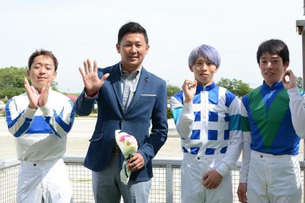 500勝のセレモニー後に、厩舎所属の騎手3人と「v500」のポーズ=笠松競馬場