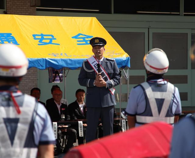 千住警察署の一日署長に就任し、交通安全を呼びかける井上康生さん=2017年9月、足立区千住曙町