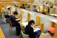 平日夕方の大阪市立中央図書館。読書席に自習に訪れた学生の姿もあった=2018年4月25日、大阪市西区、半田尚子撮影