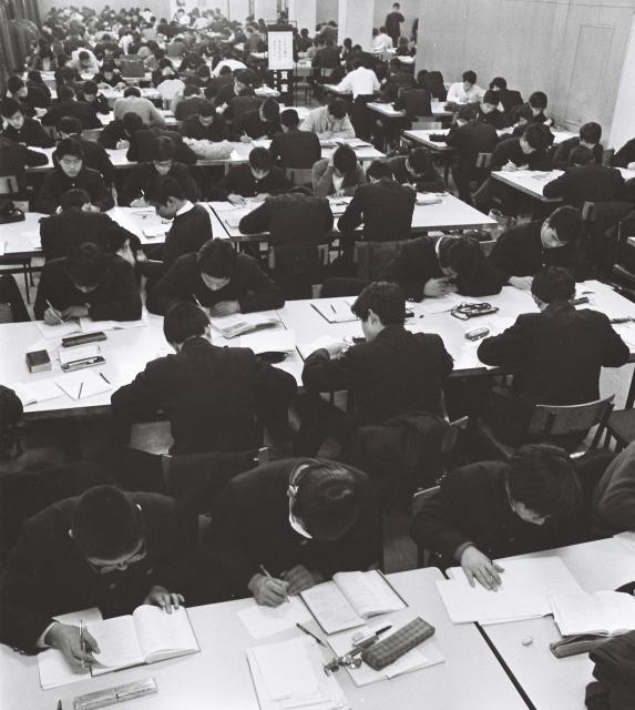 受験期が迫り、最後の追い込みにかける受験生でいっぱいの図書館=1969年1月21日、名古屋市東区の愛知県文化会館愛知図書館