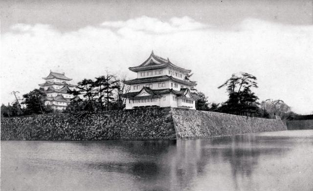 木々が成長する前の昭和期に撮影された写真。西北隅櫓の左に天守閣が